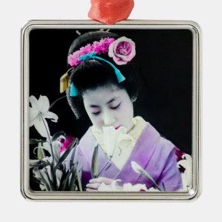 Vintager Geisha, der ein weiße Lilie 白百合 Quadratisches Silberfarbenes Ornament