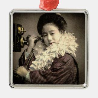 Vintager Geisha, der einen Mitternachtsanruf in Quadratisches Silberfarbenes Ornament