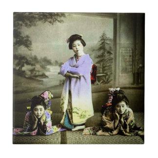 Vintager Geisha drei in alter Japan-Hand gefärbt Fliese