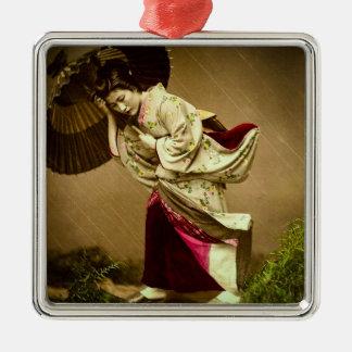 Vintager Geisha in einem Silbernes Ornament