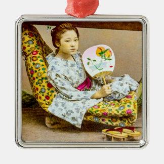 Vintager Geisha in einer Norimono Sänfte altes Quadratisches Silberfarbenes Ornament