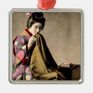 Vintager japanischer Geisha, der einen Kimono Quadratisches Silberfarbenes Ornament