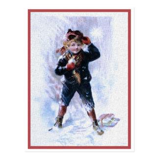 Vintager Junge, der Schneebälle spielt Postkarte
