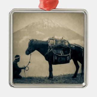 Vintager Reisender und sein Pferd auf Weise zum Silbernes Ornament