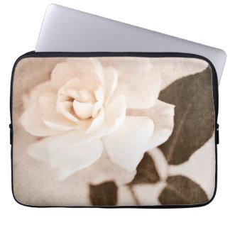 Vintager Sepia-Rosen-Blumen-Stamm-BlumenBlumen Laptop Sleeve