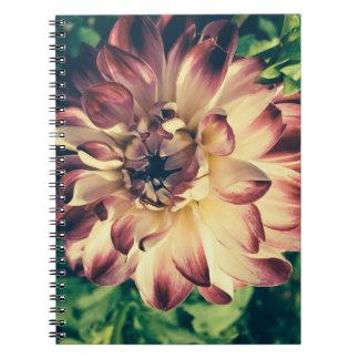 Vintages Blumennotizbuch der schönen Nahaufnahme Notizblock