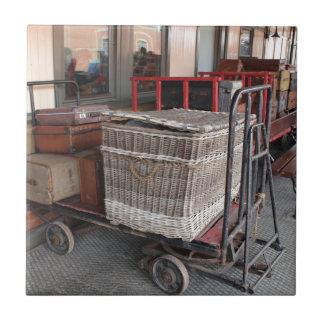 Vintages Gepäck und Weidenkorb - Strecke Kleine Quadratische Fliese