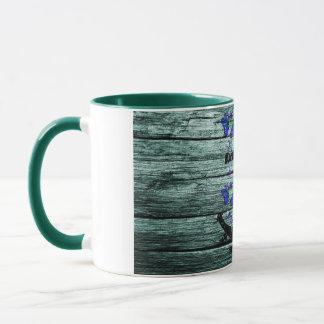 Vintages Holz u. schwarzer Anker mit blauen Tasse