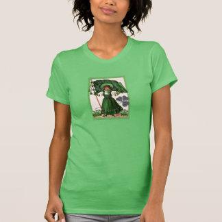 Vintages irisches Mädchen mit Flagge auf T-Shirt