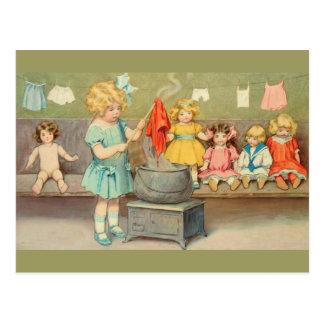 Vintages kleines Mädchen, das mit Puppen spielt Postkarte