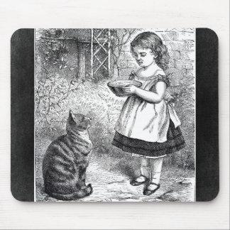 Vintages Mädchen, das Katze einen Saucer von Milch Mousepads