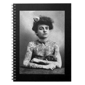 Vintages Schwarzweiss-Foto tätowierter Dame Notizblock