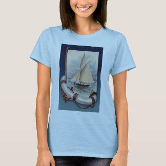 Vintages Segelboot mit Lebensretter, Seil und T-Shirt