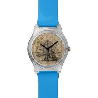 Vintages Segeln-Schiff und alte europäische Karte Uhr