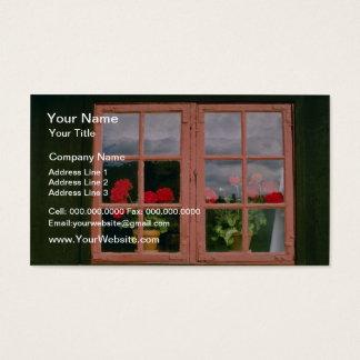 Violette Pelargonien im Fenster von einem Visitenkarte