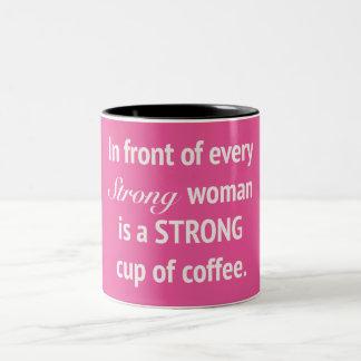 Vor jeder starken Frauen-Tasse Zweifarbige Tasse