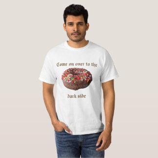 Vorbei angegangen zum dunkle T-Shirt