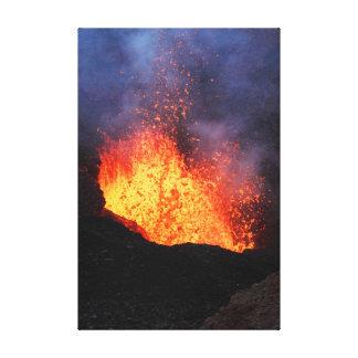 Vulkanlandschaft: heiße Lava, die aus Krater Leinwanddruck