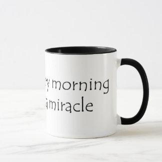 Wachen Sie jeden Morgen ein Wunder erwartend auf Tasse