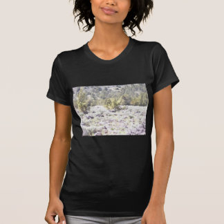 Wacholderbüsche und Lava-Felsen im Aquarell T-Shirt