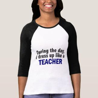 Während des Tages kleide ich oben wie ein Lehrer T-shirt