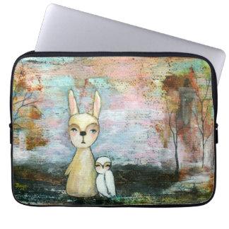 Waldgeschöpf-Kaninchen-Eulen-wunderliche Tierkunst Computer Sleeve Schutzhülle