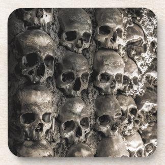 Wand voll der Schädel und der Knochen in der Getränk Untersetzer