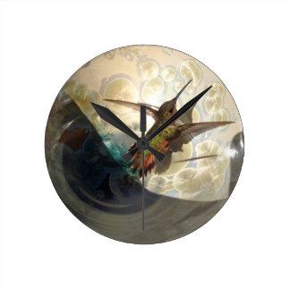 Wanduhr mit nahem oben eines Kolibris