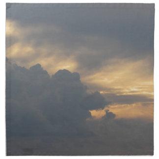 Warmer Himmel mit Riesen Cumulonimbuswolken am Stoffserviette