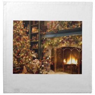 Warmer Kamin durch den Weihnachtsbaum Stoffserviette