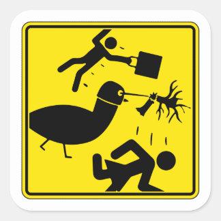 Warnung! Taube mit Laser-Sturzhelm! Quadratischer Aufkleber