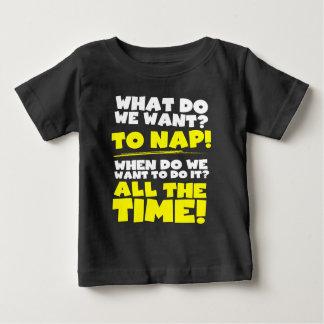 Was wollen wir? Zum Nickerchen! Wann? Ständig! Baby T-shirt