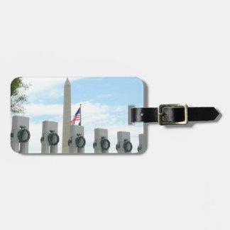 Washington-Monument und WWII Denkmal in DC Gepäckanhänger