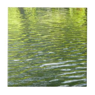 Wasser des Eichen-Nebenflusses gelb und grünes Kleine Quadratische Fliese