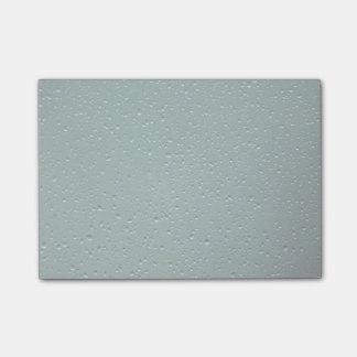 Wasser-Tröpfchen auf einem grünen Hintergrund Post-it Klebezettel