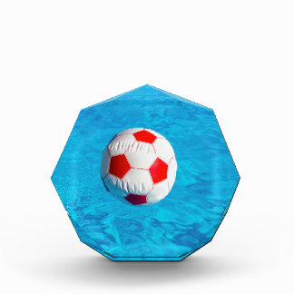 Wasserball, der in blauen Swimmingpool schwimmt Acryl Auszeichnung