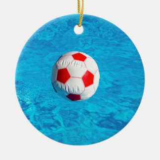Wasserball, der in blauen Swimmingpool schwimmt Rundes Keramik Ornament