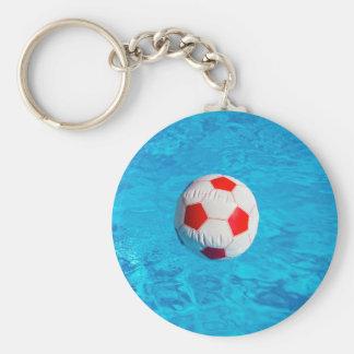 Wasserball, der in blauen Swimmingpool schwimmt Schlüsselanhänger