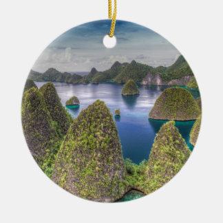 Wayag Insellandschaft, Indonesien Rundes Keramik Ornament