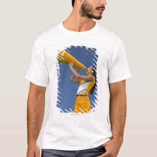 Weibliche Cheerleader, die in Megaphon schreit T-Shirt