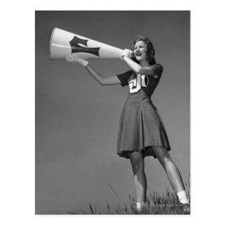 Weibliche Cheerleader, die Megaphon verwendet Postkarte