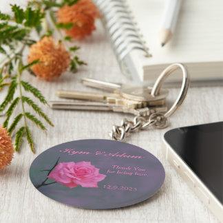 Weiche rosa Rosen-personalisierte Gastgeschenk Schlüsselanhänger