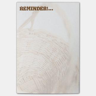 Weidenkorb auf weißem Hintergrund Post-it Klebezettel