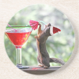Weihnachtseichhörnchen das ein Cocktail trinkt