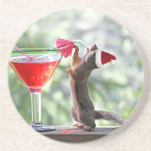 Weihnachtseichhörnchen, das ein Cocktail trinkt Bierdeckel