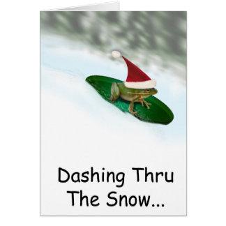 Weihnachtsfrosch, der durch den Schnee auf einer Karte