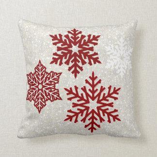 Weihnachtsfunkelnde rote Schneeflocken Kissen