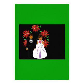 Weihnachtshochzeits-Paare mit Kranz im Grün