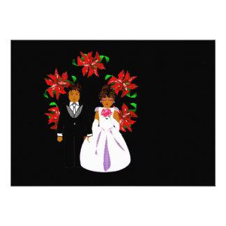 Weihnachtshochzeits-Paare mit Kranz im schwarzen