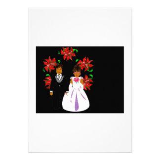 Weihnachtshochzeits-Paare mit Kranz im weißen Rosa